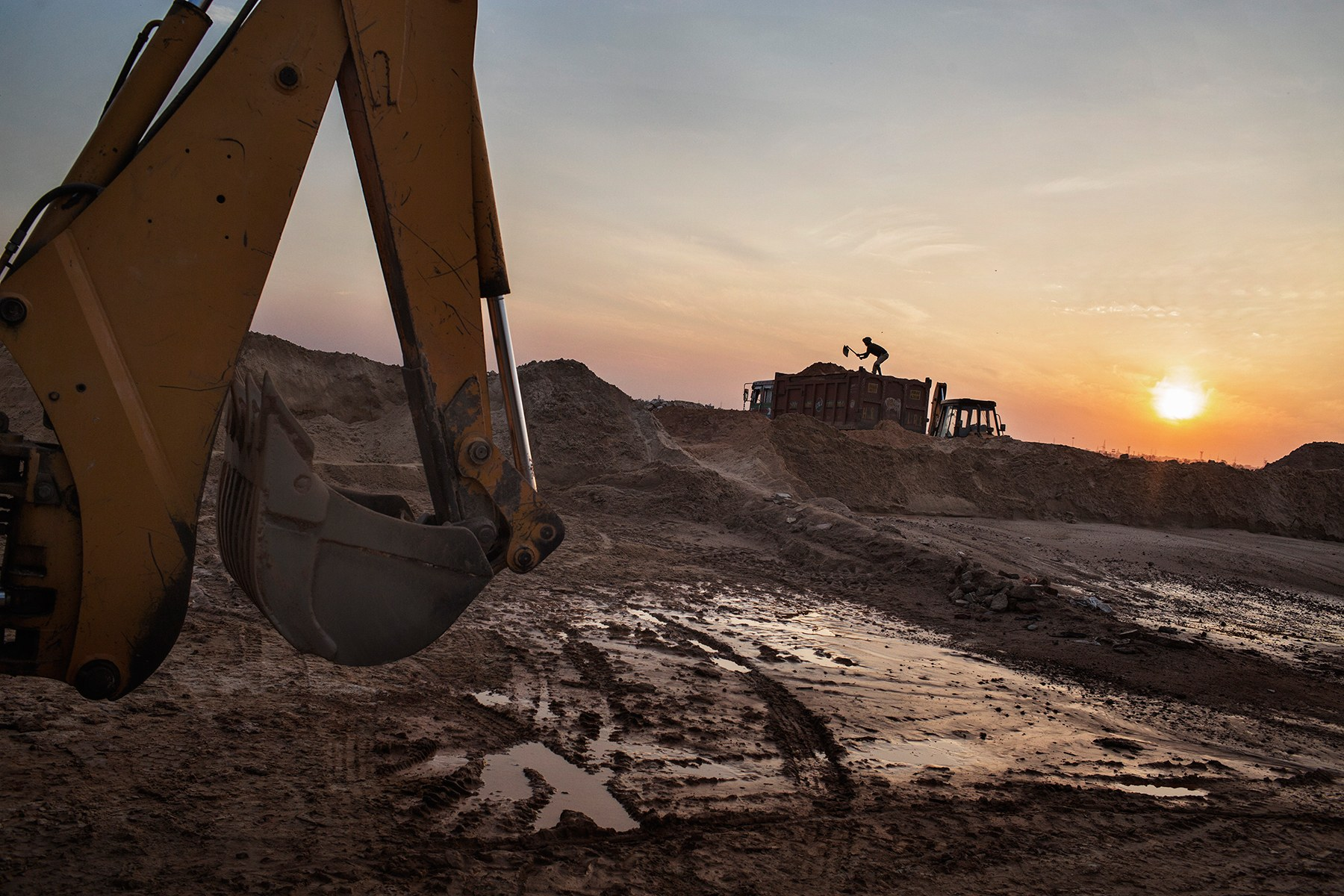 Illegal sand extraction goes unabated in Central Kashmir - Press Trust Of Kashmir